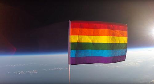 bandeira LGBT no espaço.png