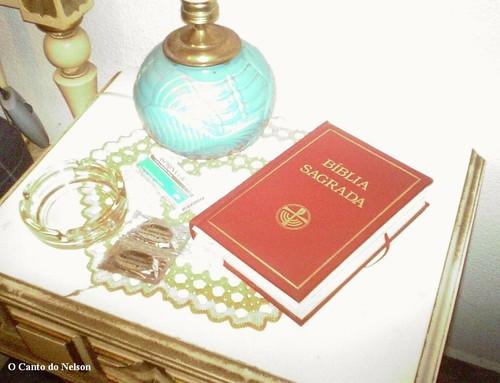 bíblia na mesa de cabeceira