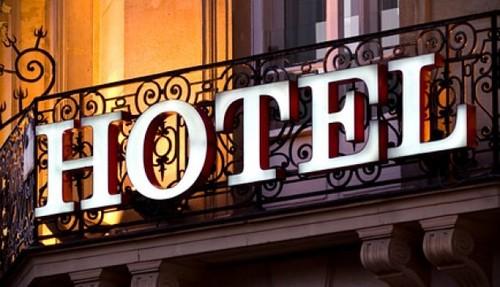 palavra-hotel-iluminada-no-alto-da-entrada-do-esta