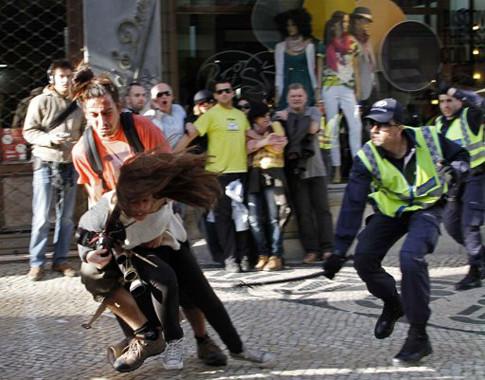 Policia agride manifestantes e jornalistas em Lisboa