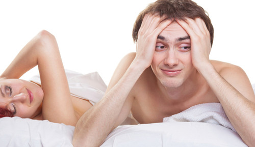 Homem preocupado na cama