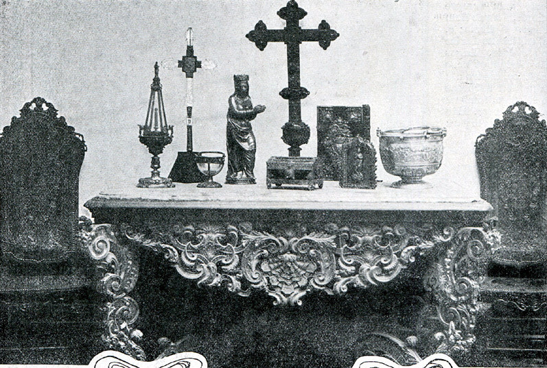 Exposição de vários objetos religiosos.jpg