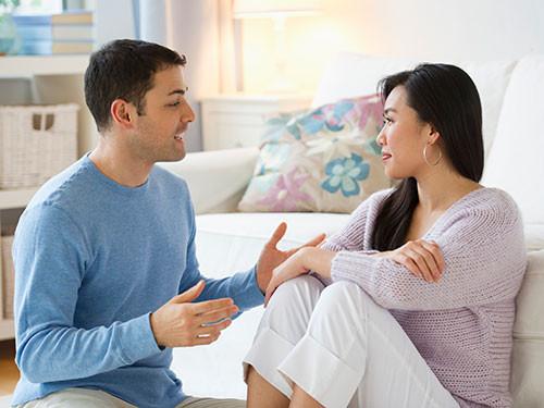 Casal a conversar no sofá
