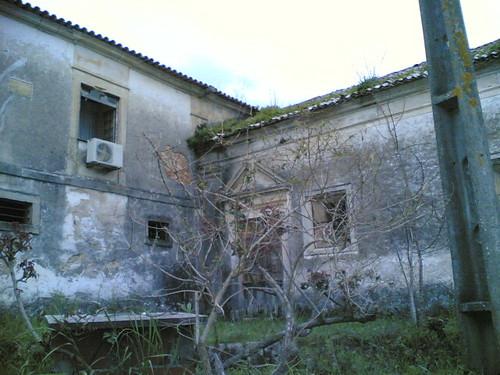 Casa velha a cair mas com ar condicionado