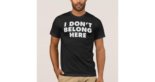 eu_nao_pertenco_aqui_a_obscuridade_camiseta-rdb4b1