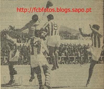 1955-56-setubal-fcb-isidoro defende.jpg