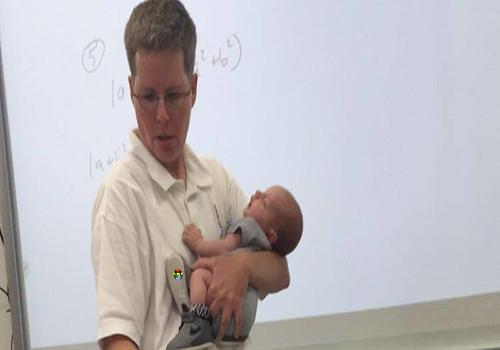 HD Professor segura filho de aluno enquanto dá au
