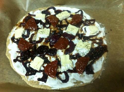 Pizza Cebola roxa caramelizada, camembert e tomate seco