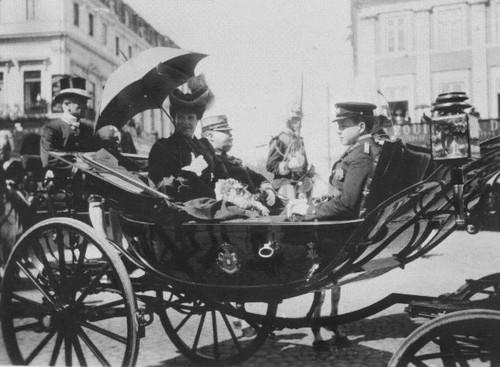 El-Rei Dom Carlos, a rainha D. Amélia e o infante D. Manuel, L. D. João da Câmara (A. C. Lima, ante 1908)