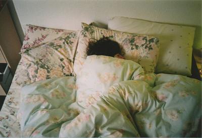 Resultado de imagem para enrolada na cama