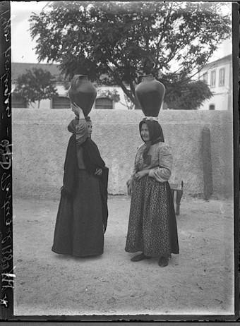 Vizinhas de bilha à cabeça, Portugal (C. Chusseau-Flaviens, c.1910)