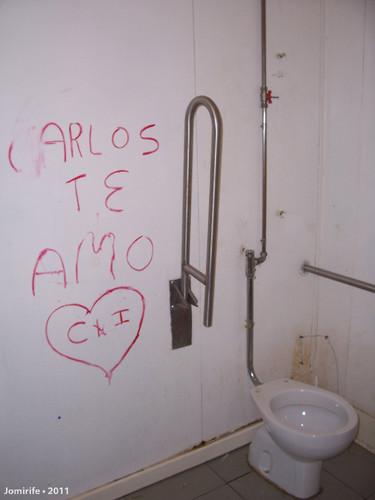 Casa de banho nojenta da estação de serviço
