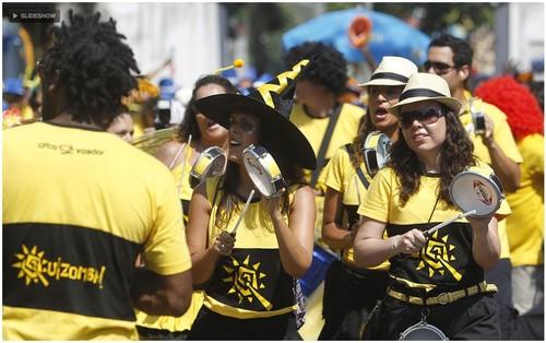 Uma ala de tamborins animava os que estavam presentes no desfile do Bloco Quizomba na Lapa, no Rio, neste sábado (25Fev12) - Foto Wagner Meier-G1