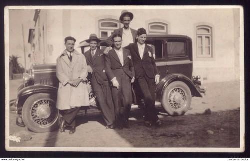 408_001_fotografia-grupo-homens-com-carro-antigo-n