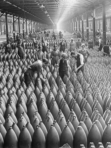 trabalhadores_de_uma_fabrica_de_bombas_na_inglater