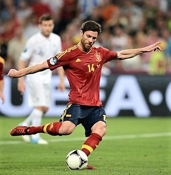 Xabi%20Alonso%20shoots%20to%20score%20a%20penalty.