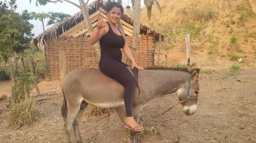 1Rayane a cavalo num burro.jpg