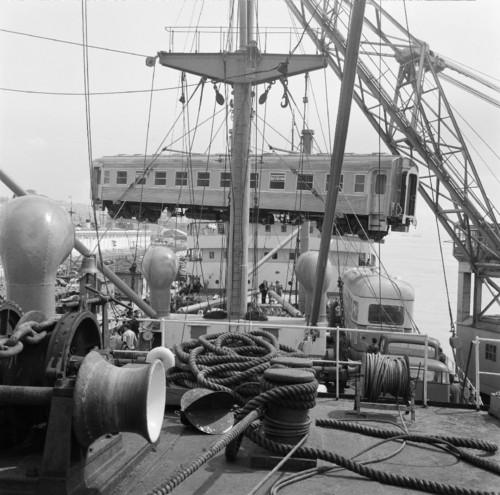 Embarque duma carruagem «Budd» fabricada pela Sorefame, Alcântara (Est. H. Novais, post 1948)