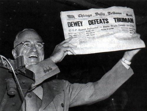 Truman exibe a capa do jornal que anunciara a vitória de Dewey em 1948