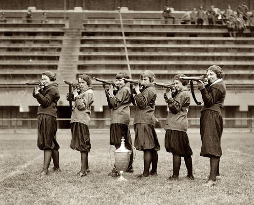Equipa feminina de tiro do Lyceu Central, Washington, 1922 (Col. da C.ª Nacional de Fotografia, E.U.A.)
