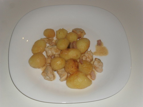 Batatas assadas com frango e bacon em cerveja