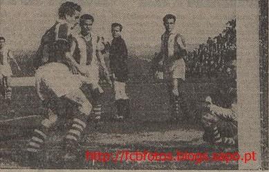 1955-56-porto-fcb-teixeira marca a isidoro.jpg