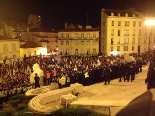 Policias em frente ao parlamento
