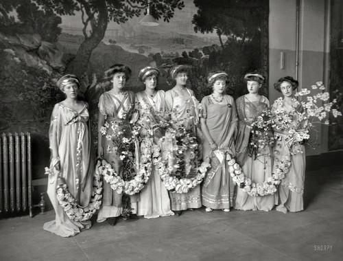 Deusas com grinaldas (G.G.Bain, 1909)