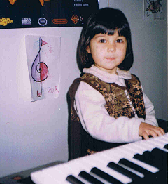 Debora Caracol piano com 4 anos.png