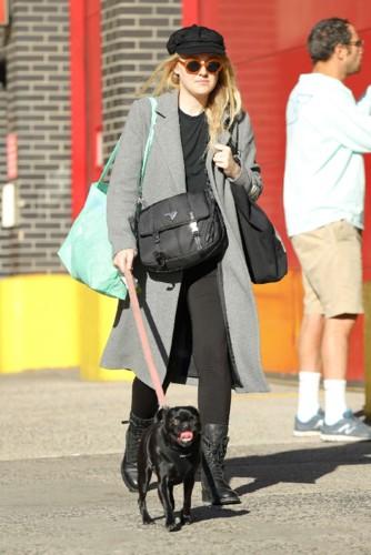 Dakota-Fanning -Walking-her-dog--14.jpg