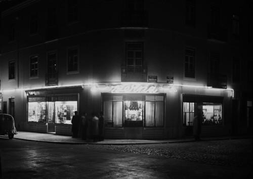 Pastelaria Berna, esquina com a Rua da Beneficência (H. Novais, s.d.)