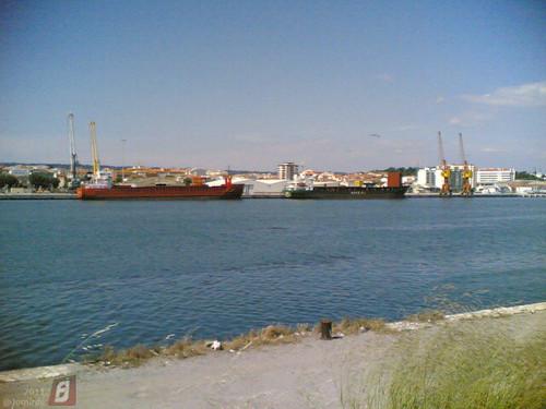 Barcos comerciais no porto da Figueira da Foz