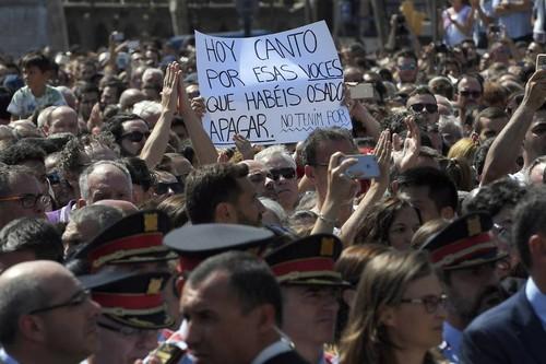 atentado-barcelona-silencio-cartaz.jpg