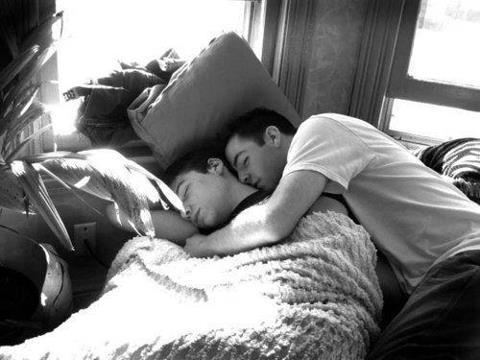 Dormindo de conchinha como dois anjos