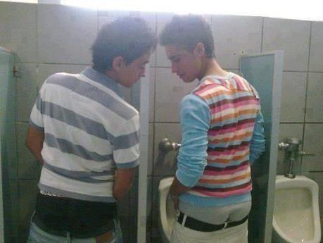 Boys olhando o pénis do outro