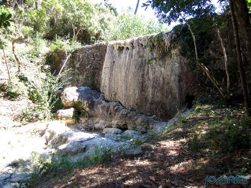 Cascata na Serra da Boa Viagem sem água nesta época do ano [en] Waterfall in the Sierra Boa Viagem without water this time of year