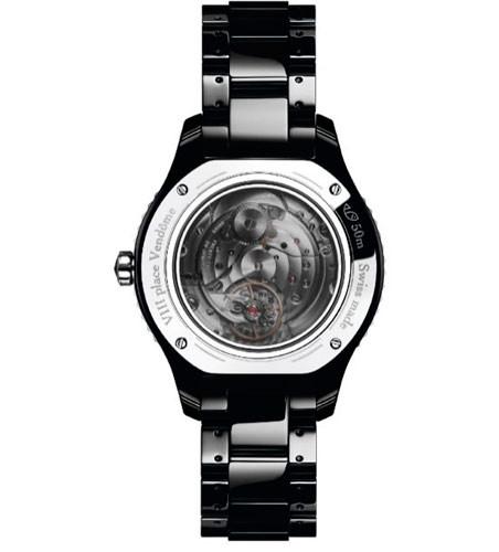 a2705ff9d28 O modelo da Dior existe em branco ou em preto