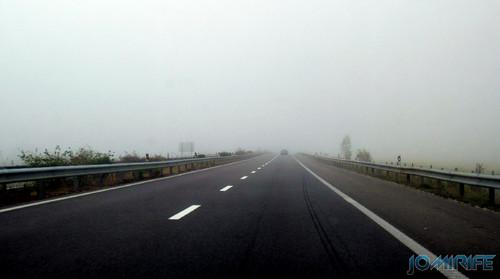 Nevoeiro cerrado na auto estrada ao nascer o dia [en] Thick fog on a highway