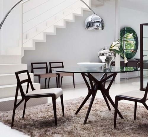 Mesa de jantar redonda em vidro com pé preto