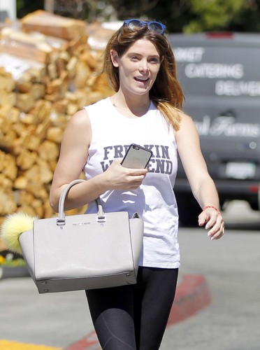 Ashley-Greene-Shopping-at-Bristol-Farms--02.jpg