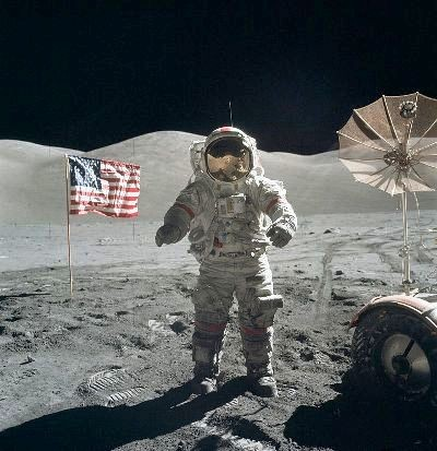 800px-Apollo_17_Cernan_on_moon.jpg