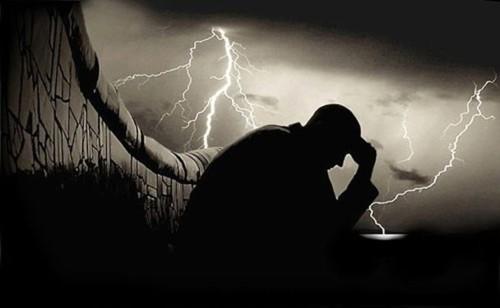 homem-triste-deprimido-escuridao-autoestima-sofren