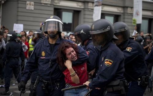 Mulher agarrada pela policia em Madrid