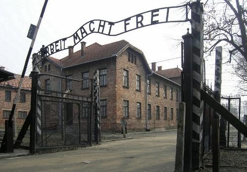 Auschwitz,_Arbeit_macht_frei.jpg