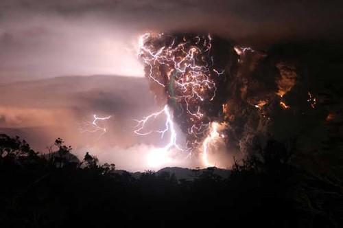 http://www.hoax-slayer.com/images/lightning-volcano1.jpg