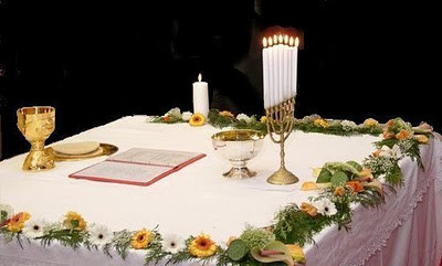 Altar neocatecumenal: a Menorah substitui a Cruz
