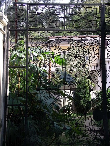 Albertino Marques. Portão da antiga Faculdade de