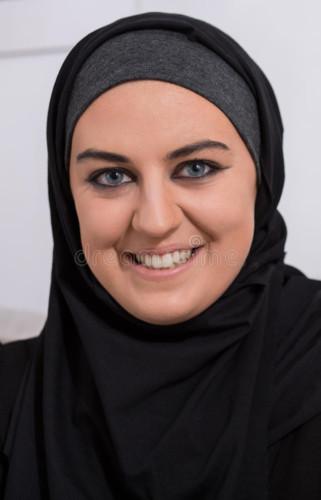 hijab-vestindo-de-sorriso-da-mulher-árabe-5985058
