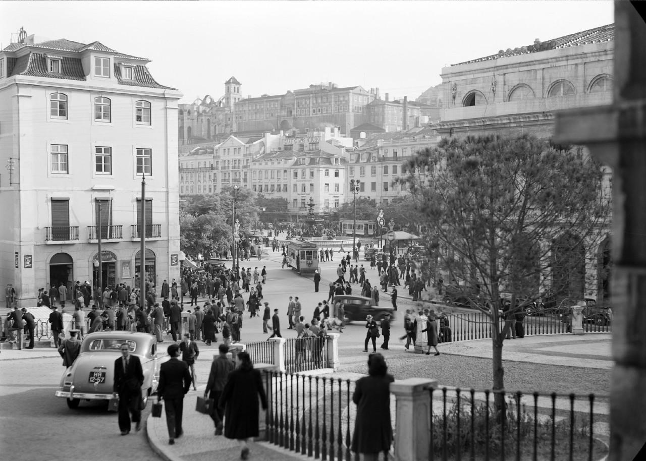 Largo se São Domingos com muitos portugueses, Lisboa (H. Novaes, 194...)