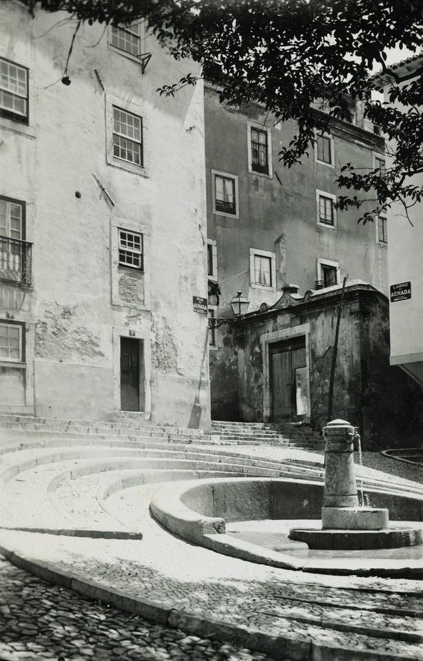 Chafariz no Largo da Achada, 1945, foto de Eduardo